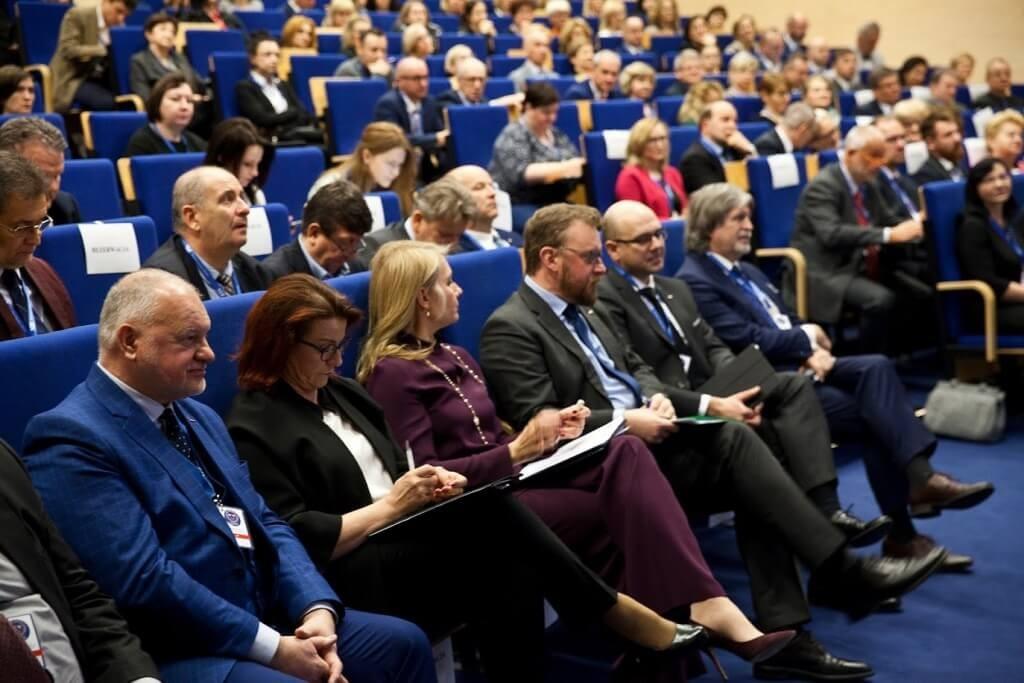 """Ilustracja do informacji: """"XX-lecie powszechnych ubezpieczeń społecznych w Polsce"""" relacja z konferencji"""